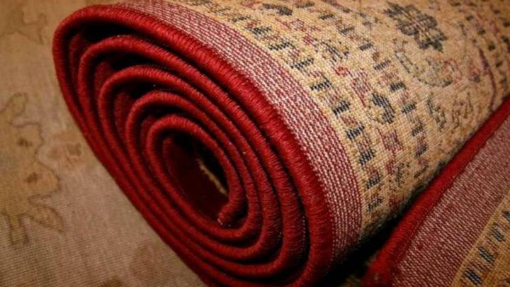 Если вам жалко выбрасывать старые советские ковры, то используйте их оригинальным способом