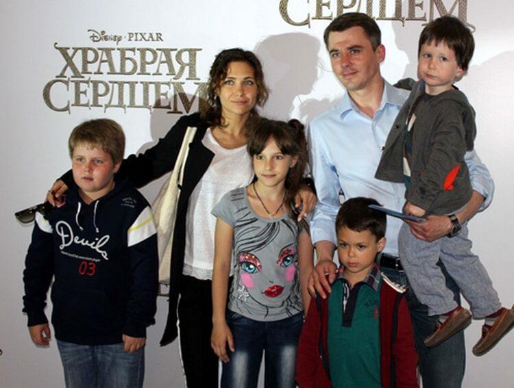 Российские звезды, которые уже успели стать многодетными мамами